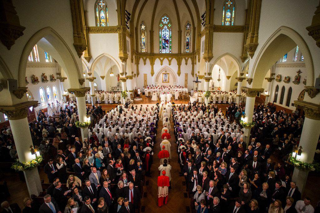 Una procesión entra en la Catedral Santuario de Guadalupe para la misa de instalación del obispo Edward J. Burns en Dallas. (SMILEY N. POOL/THE DALLAS MORNING NEWS)