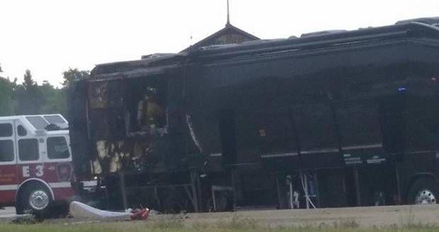 Así quedó el autobús del grupo Lady Antebellum luego de un incendio en una autopista entre Garland y Dallas. (Hillary Scott/CORTESÍA)