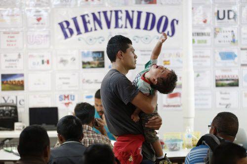 Jonathan Pineda, de 23 años, de El Salvador, junto a su hijo del mismo nombre y de 2 años, en un centro de ayuda humanitaria en McAllen.