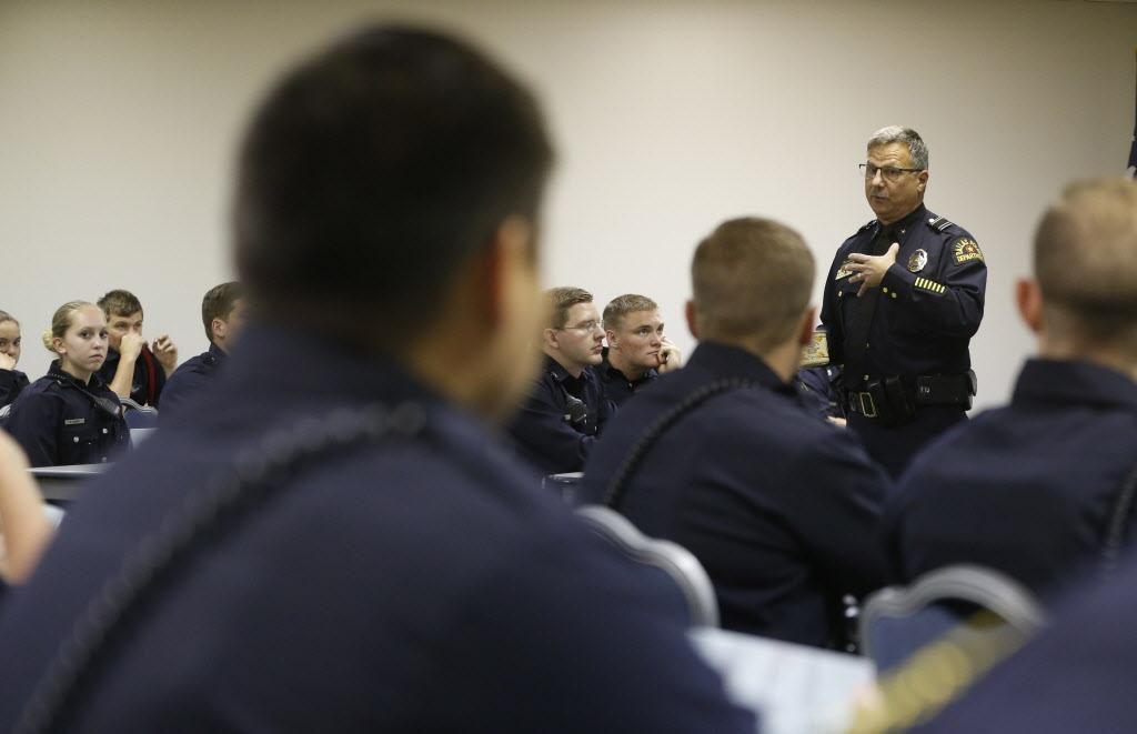 El subjefe policial Jeffrey Cotner da una clase en exceleencia polcial a un grupo de reclutas. NATHAN HUNSINGER/DMN