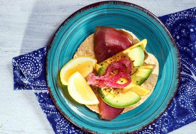 La tostada de atún es perfecta para abrir el apetito.