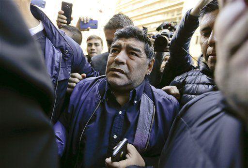 En esta foto de archivo del 6 de julio de 2016, el exfutbolista argentino Diego Maradona llega a la sede de la AFA en Buenos Aires.  (AP Photo/Natacha Pisarenko, file)