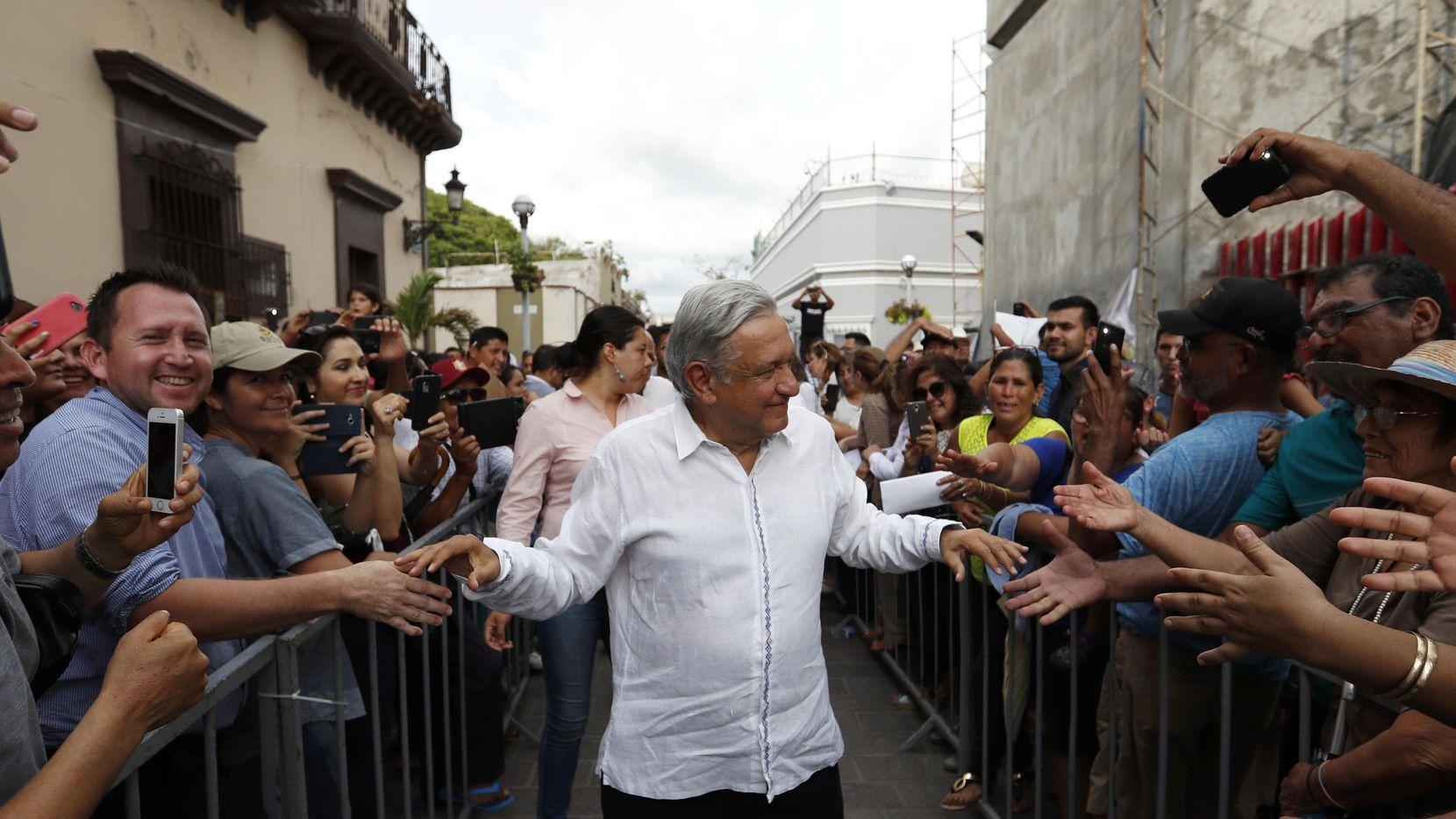 Andrés  López Obrador saluda a sus simpatizantes en Mazatlán. El domingo asumirá la presidencia de México. (AP/EDUARDO VERDUGO)
