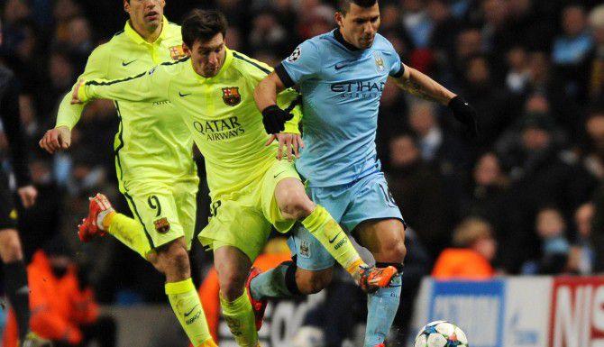 Sergio Aguero (der.) del Manchester City, y Lionel Messi del Barcelona pelean por el balón en el juego de ida de la ronda de 16 de la Liga de Campeones, el 24 de febrero en Manchester. (AP/RUI VIEIRA)