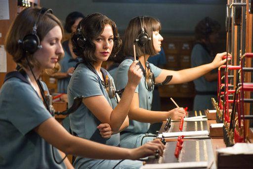"""Blanca Suárez en una escena de """"Las chicas del cable"""". La serie, sobre cuatro mujeres que trabajan como operadoras de la compañía telefónica en Madrid, se estrena el viernes. (Netflix vía AP)"""