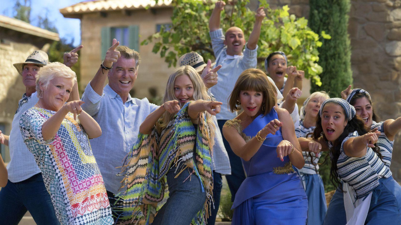 "Julie Walters, Pierce Brosnan, Amana Seyfried y Christine Baranski en una escena de ""Mamma Mia! Here We Go Again""."