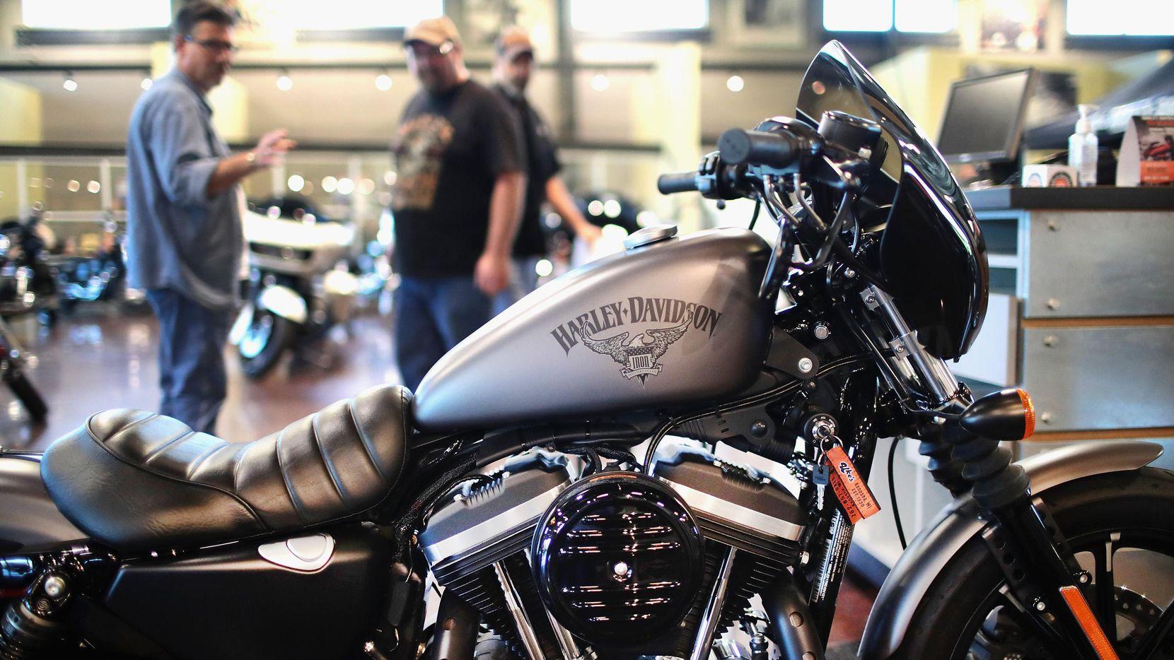 Una motocicleta de Harley-Davidson, manufacturada en Kenosha, Wisconsin, en una sala de exhibición.(GETTY IMAGES)