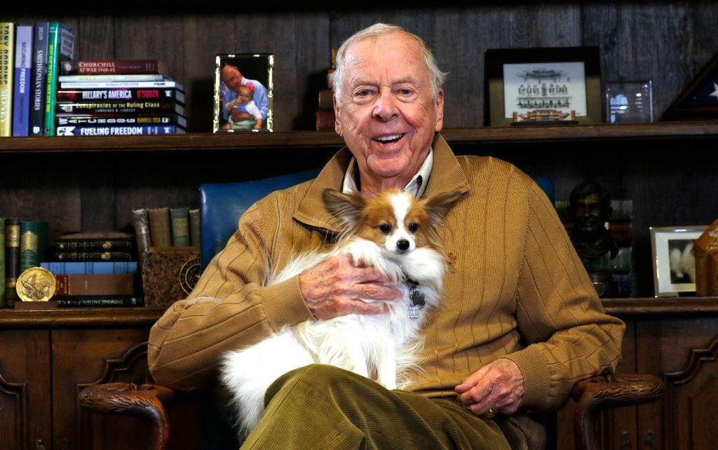 T. Boone Pickens, chairman and CEO of BP Capital, poses in his office with his dog, Murdock. (David Woo/The Dallas Morning News)