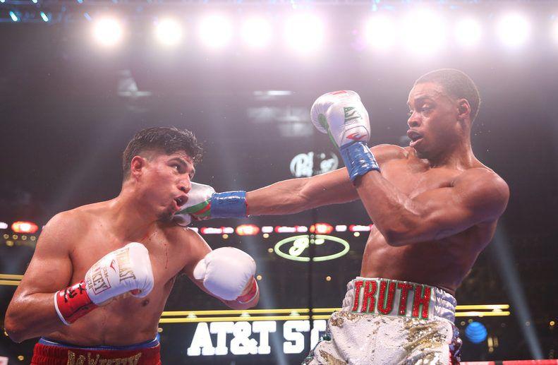 Errol Spence Jr. y Mikey García en pelea de boxeo en Arlington.  (Ryan Michalesko/The Dallas Morning News)