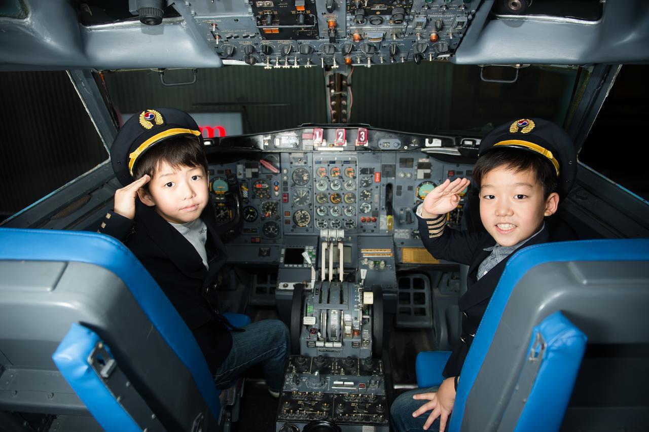 Unos niños juegan a ser pilotos en KidZania. El parque temático abrirá en Frisco en 2018. KIDZANIA USA