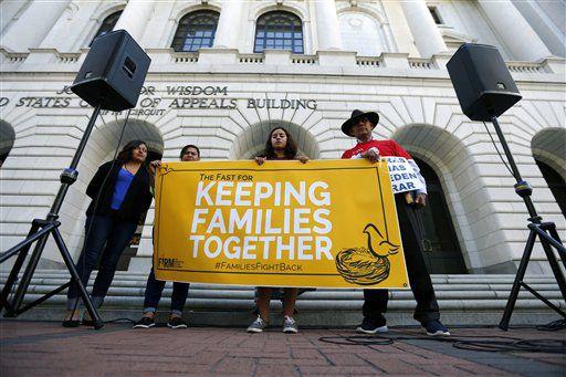 Corte en Nueva Orleans falla contra plan de Obama de proteger a 5 millones de personas de ser deportadas./AP