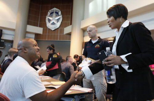 La nueva jefa de policía U. Renee Hall saluda a los candidatos a policía en Dallas. DMN