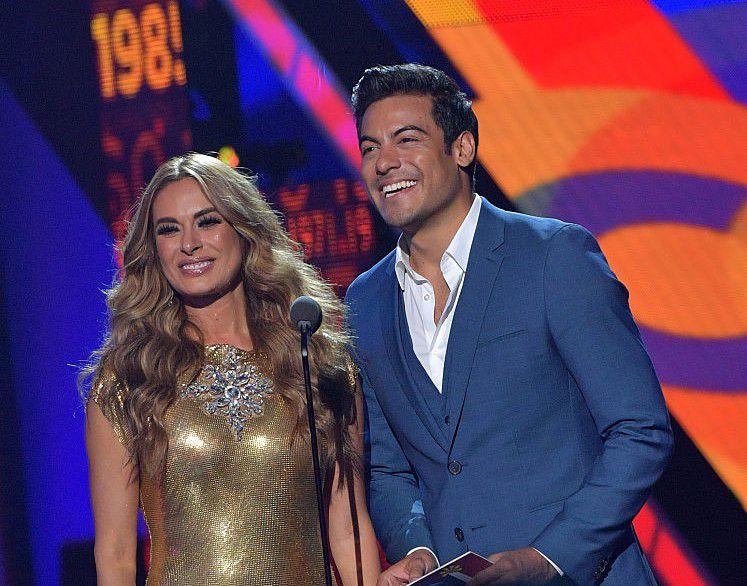Carlos Rivera y Galilea Montijo en Premios Juventud./ GETTY IMAGES