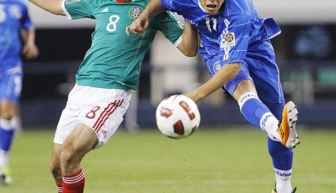 Rodolfo Zelaya (der.) estaría a prueba una semana con el FC Dallas. (AP/ARCHIVO)
