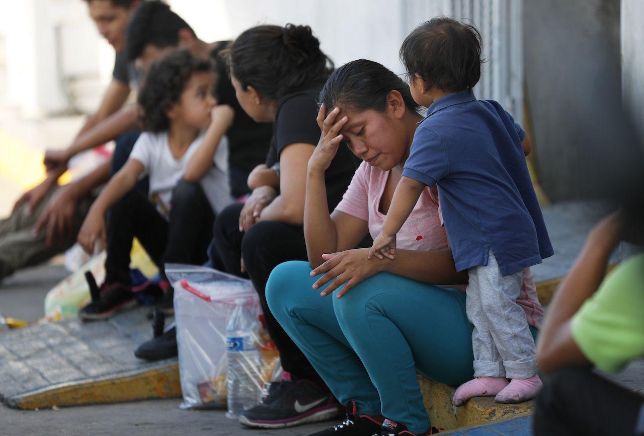 Migrantes esperan en un centro de inmigración en el Puente Internacionanl 1 en Nuevo Laredo, el 16 de julio.