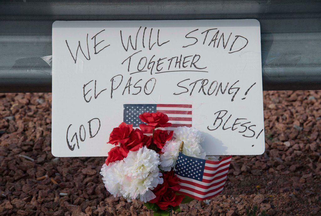 Un arreglo de flores y una pancarta recordatoria en el Walmart donde ocurrió la agresión de 22 personas, en El Paso.