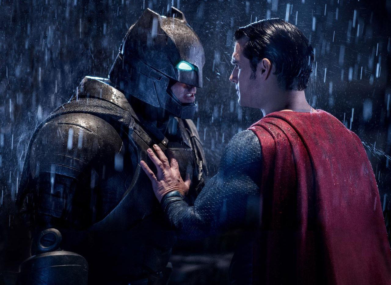 """Ben Affleck en el papel de Batman, izquierda, y Henry Cavill en el papel de Superman en una escena de """"Batman vs Superman: Dawn of Justice"""". (AP/CLAY ENOS)"""