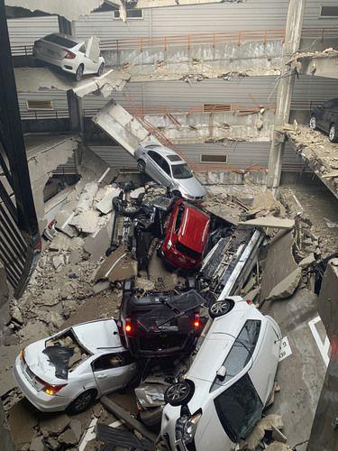 El estacionamiento del edificio Elan City Lights quedó destrozado luego de la caída de una grúa de construcción. Una mujer falleció y hay cuatro heridos graves. BRENT RAYMOND