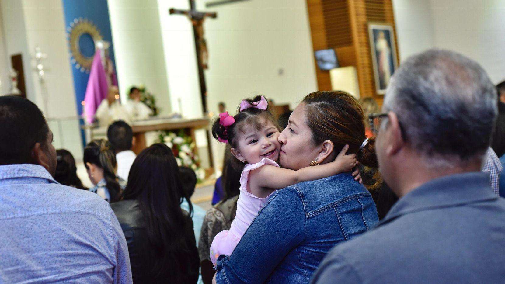 Los niños separados de sus familias en la frontera fue un tema muy presente en la misa de San Juan Diego, en Dallas. BEN TORRES/DMN