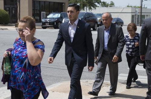 Arnoldo Antonio Vásquez (tercero desde la izq.), junto a su familia. Vasquez enfrenta un juicio que le podría costar su ciudadanía ya que se lo acusa de mentir cuando presentó su solicitud en donde habría ocultado su papel en una masacre. (DMN/RYAN MICHALESKO)