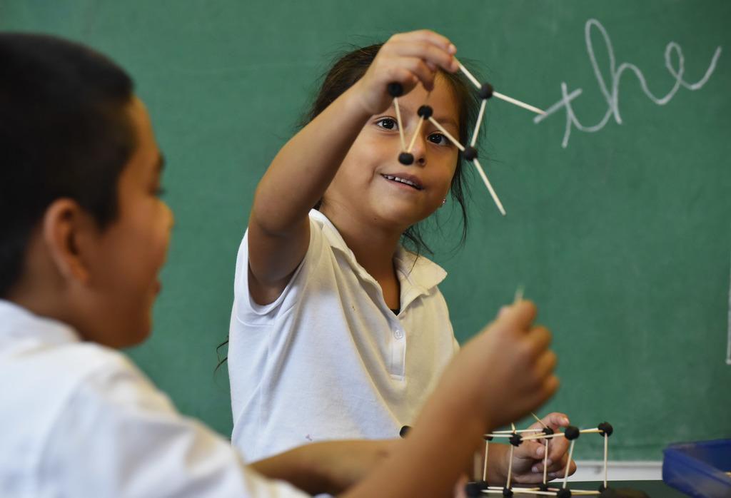 Isabella Facundo muestra una de sus creaciones durante un una de las clases de Trinity River Mission en West Dallas. BEN TORRES