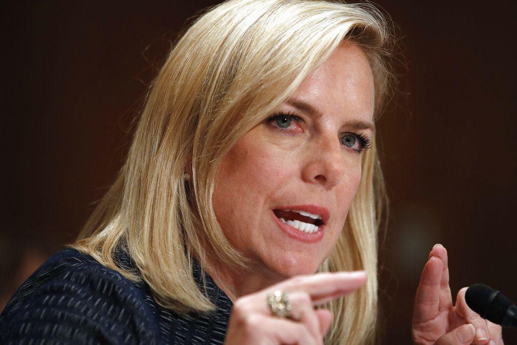 Nielsen defendió el martes la decisión del gobierno federal de separar a niños inmigrantes de sus padres cuando la familia es enjuiciada por entrar ilegalmente al país. / AP