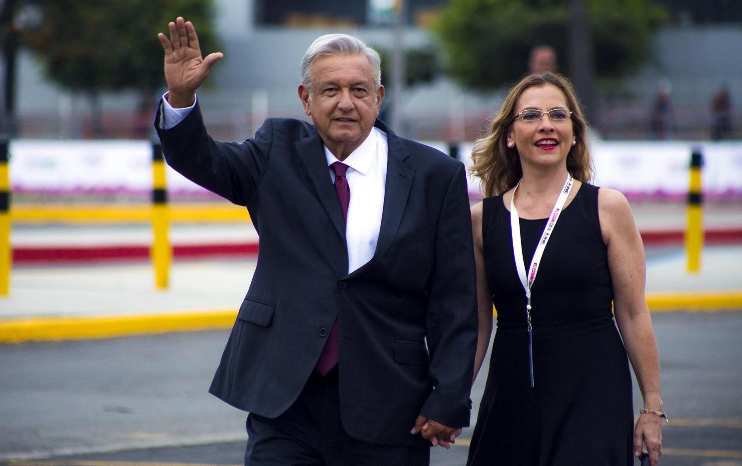 Andrés Manuel López Obrador y su esposa Beatriz Gutiérrez Muller en la Ciudad de México.(AGENCIA REFORMA)