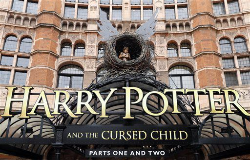 "l Palace Theatre en Londres muestra un anuncio de la nueva obra teatral de Harry Potter, ""Harry Potter and the Cursed Child"" (""Harry Potter y el niño maldito"")./ AP"