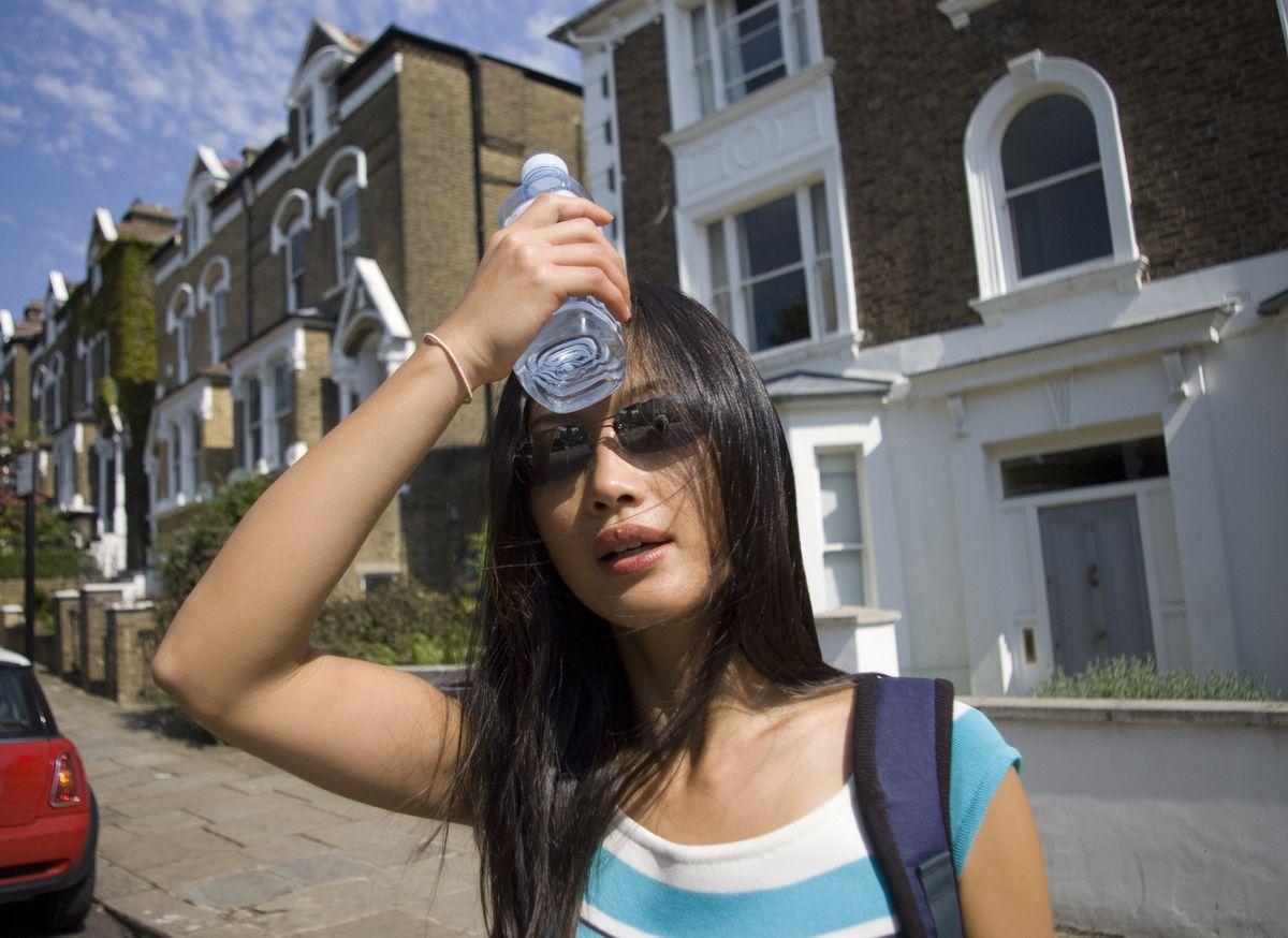 Hidratarse constantemente es la mejor prevención contra la insolación y los efectos del calor extremo.