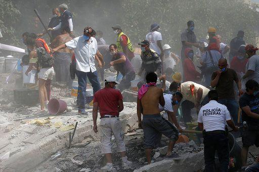 Voluntarios revisan un edificio que se derrumbó luego de un terremoto en la Ciudad de México, el martes 19 de septiembre de 2017. (AP Foto/Eduardo Verdugo)