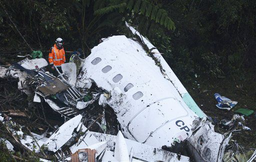 Rescatistas remueven los escombros de un avión que cayó en una zona montañosa cerca de Medellín, Colombia, martes 29 de noviembre de 2016. /AP