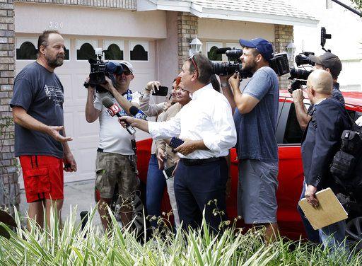 Eric Paddock habló sobre su hermano con reporteros en Orlando./AP