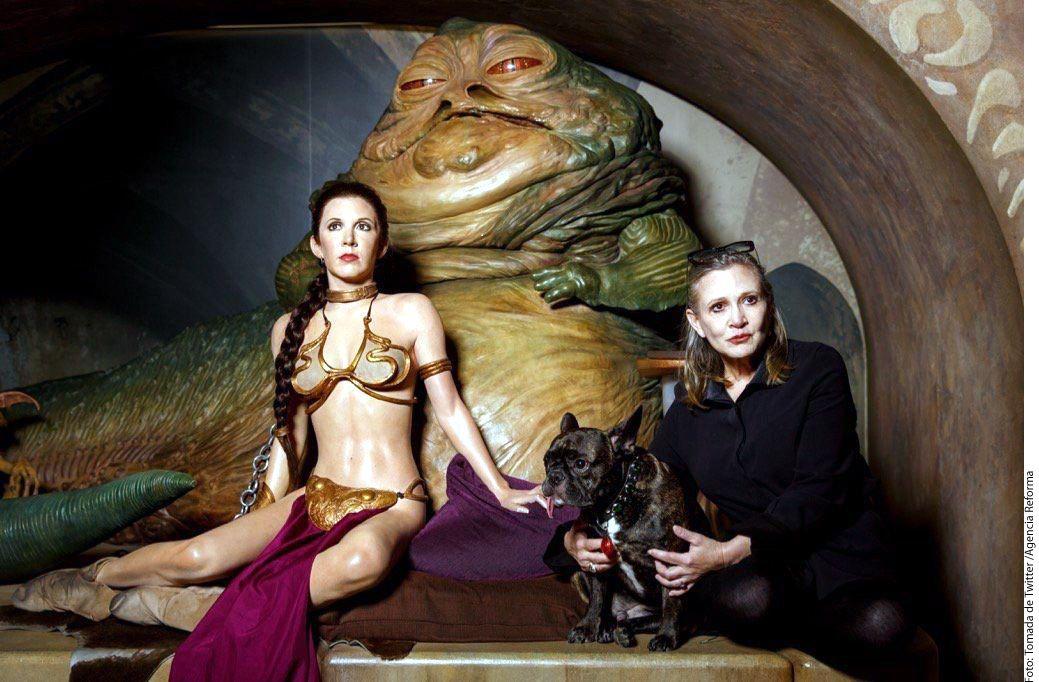 La actriz Carrie Fisher (der.), quien interpretó a la princesa Leia en Star Wars, falleció cuatro días después de sufrir un infarto en un avión./AGENCIA REFORMA