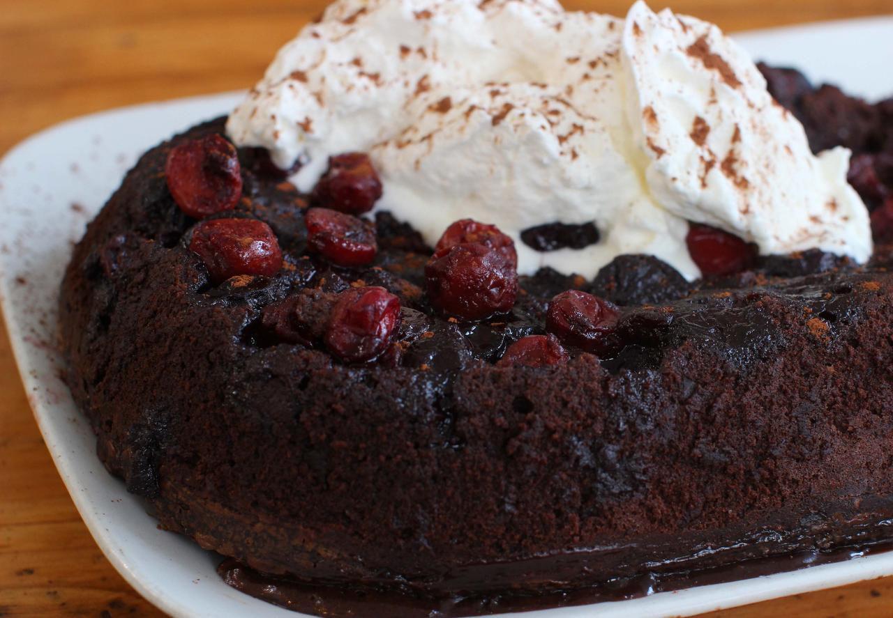 Así queda este pastel de chocolate: esponjoso sin llegar a tener la consistencia del pudín. (AP/MATTHEW MEAD)