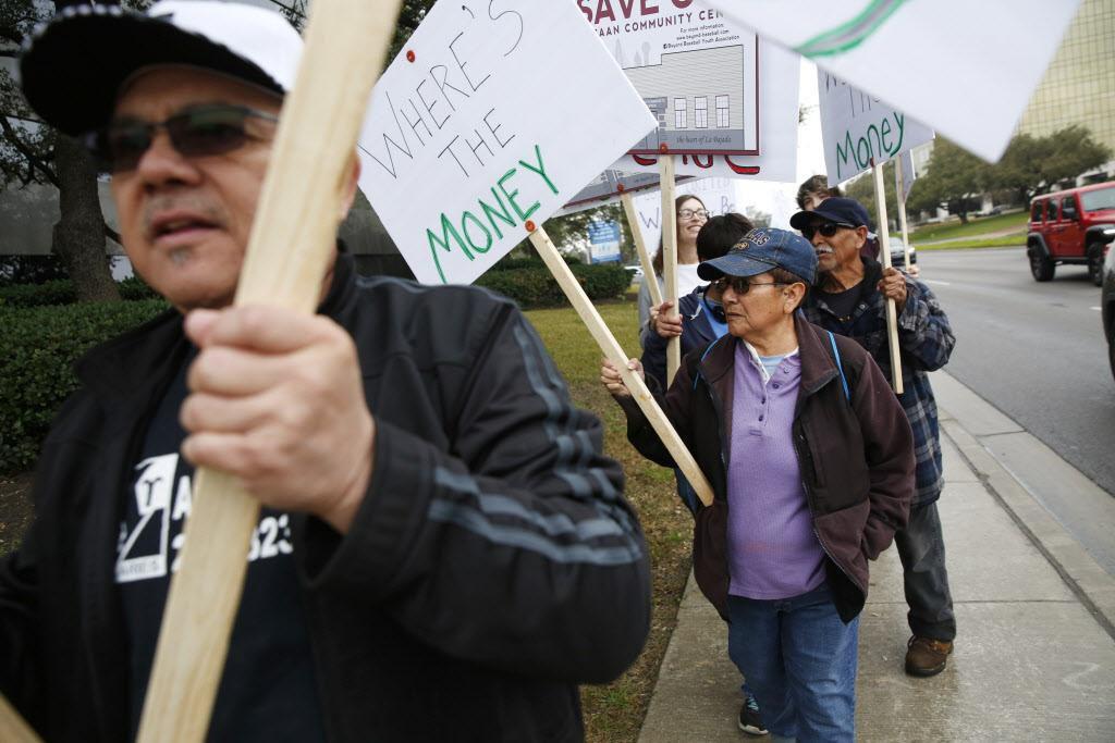 Decenas de vecinos de West Dallas protestaron por el futuro del Centro Comunitario Bataan, cuyos terrenos han sido puestos a la venta. (DMN/ROSE BACA)