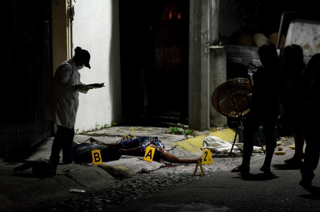 Un médico forense investiga una escena de crimen en Acapulco, México el 8 de diciembre 2016. (AP)
