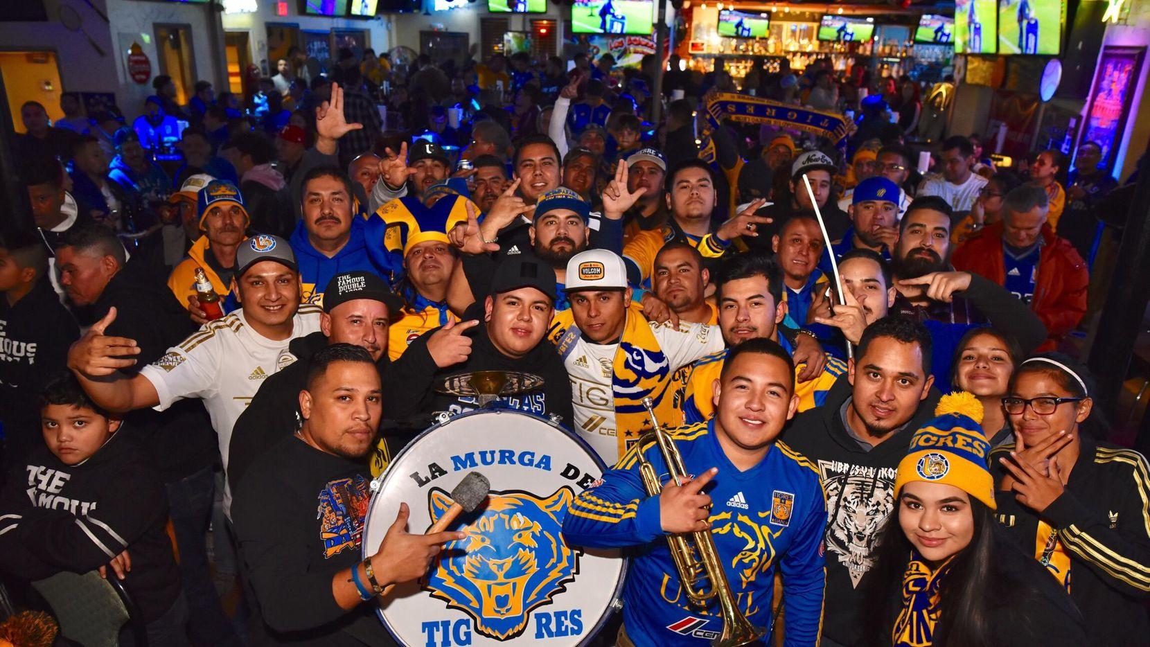 """Miembros de la barra local """"Libres y Lokos"""" de los Tigres se reúnen para apoyar a su equipo en el bar Los Balones de Dallas. (ESPECIAL PARA AL DÍA/Ben Torres)"""