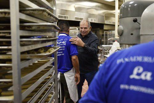 Armando Gelista, dueño de Panadería Guatemalteca La Mejor saluda a los panaderos, quienes trabajan horneando pan dulce estilo guatemalteco. (Ben Torres / Especial para Al Día)