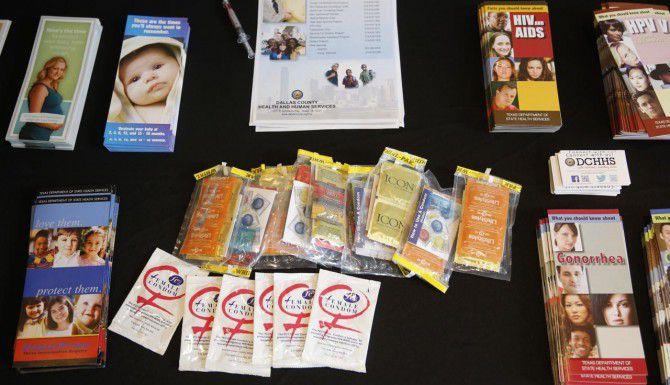 Anticonceptivos e información sobre educación sexual en una feria en Dallas sobre embarazos de adolescentes. (DMN/G.J. McCARTHY)
