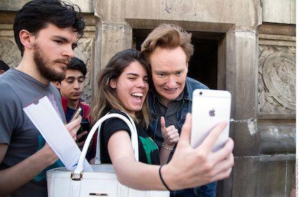 El comediante Conan O'Brien se toma una foto con una simpatizante en la Ciudad de México. AGENCIA REFORMA
