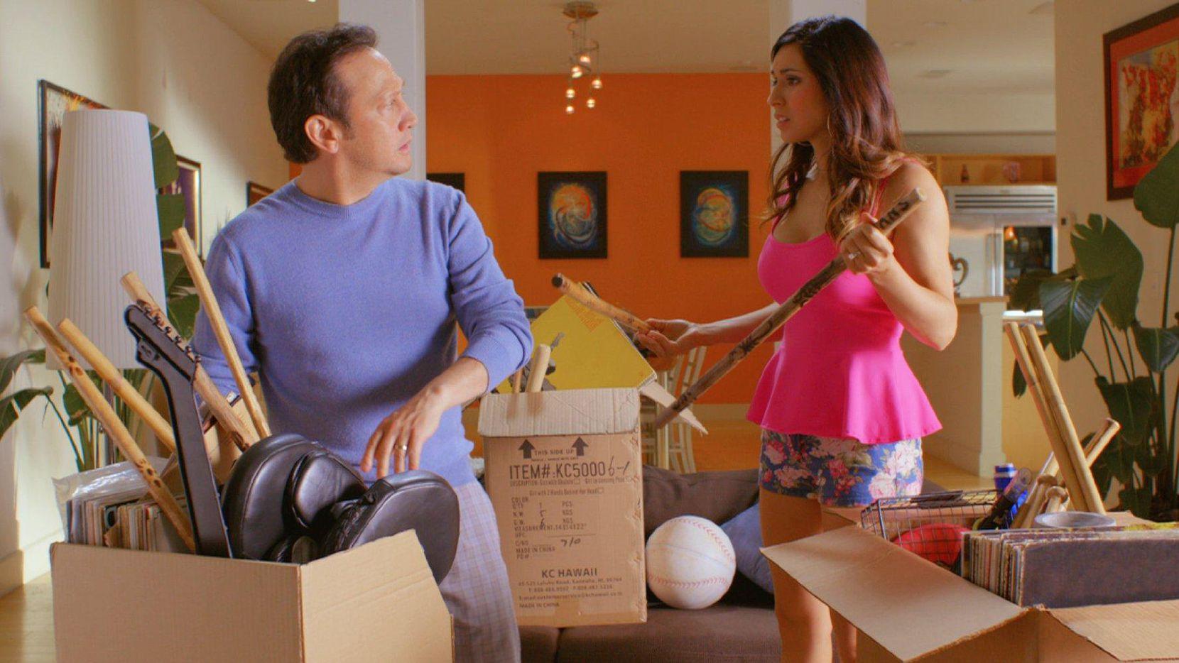 """Rob Schneider y Patricia Maya en una escena de """"Real Rob"""" que se transmite por Netflix.(CORTESÍA)"""