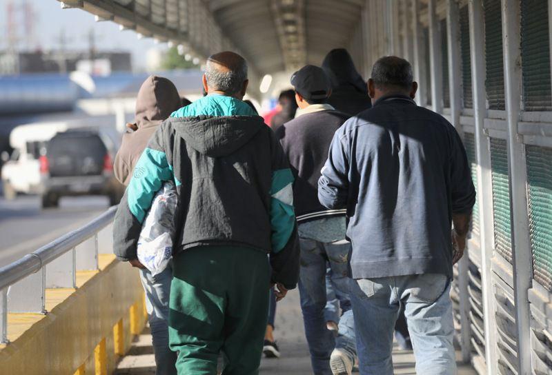 Inmigrantes mexicanos son deportados de Estados Unidos por el cruce internacional Hidalgo, al sur de texas. GETTY IMAGES