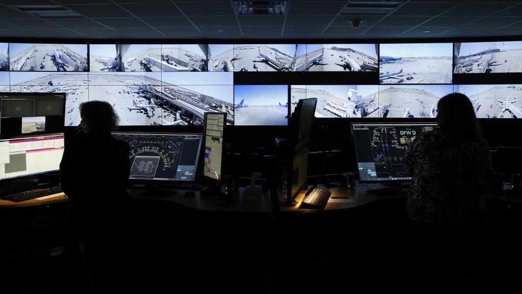 Un grupo de empleados monitorea las rampas de despegue de los aviones que salen y llegan a sus puertas de embarque desde su nuevo centro de operaciones en la Terminal A del aeropuerto DFW. VERNON BRYANT/DMN