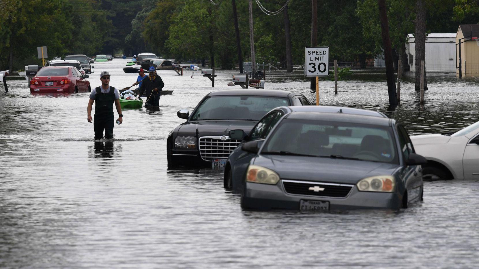 Miles de autos se quedaron varados bajo el agua de las inundaciones en Texas provocadas por el huracán Harvey. GETTY IMAGES