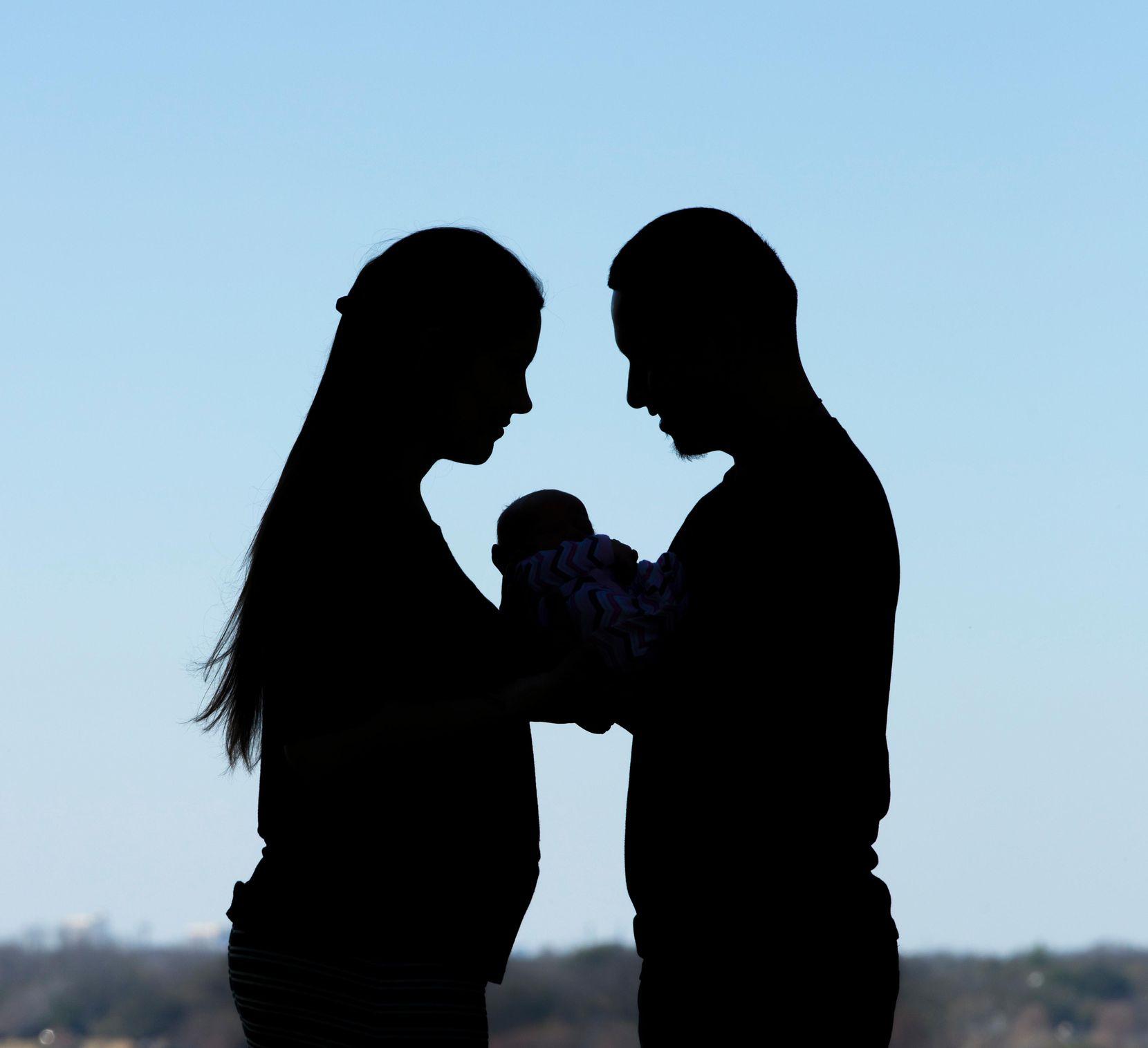 Madre y padre junto a su bebé, es solo es segundo en nacer luego de un trasplante de útero. SHANNON FAULK/BAYLOR SCOTT & WHITE