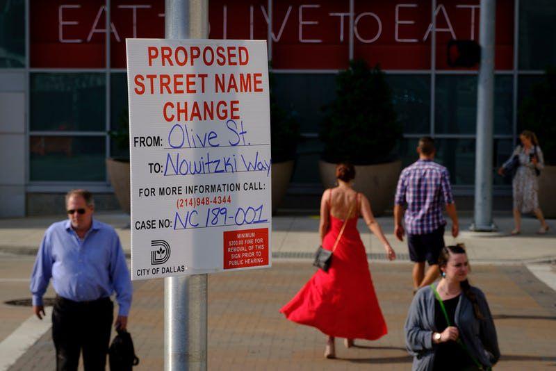Un cartel muestra cómo Olive Street podría cambiar de nombre en septiembre de ser aprobado por la ciudad para pasar a ser llamada Nowitzki Way. Foto DMN