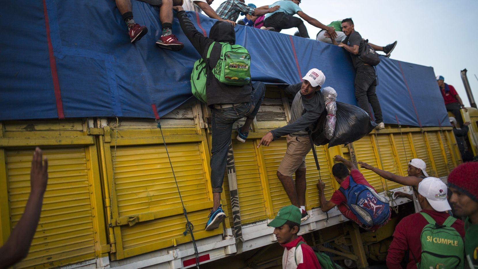 Migrantes trepan un caminón de transporte en Tatanatepec, en Oaxaca, en su trayecto al norte de México. (AP/Rodrigo Abd)