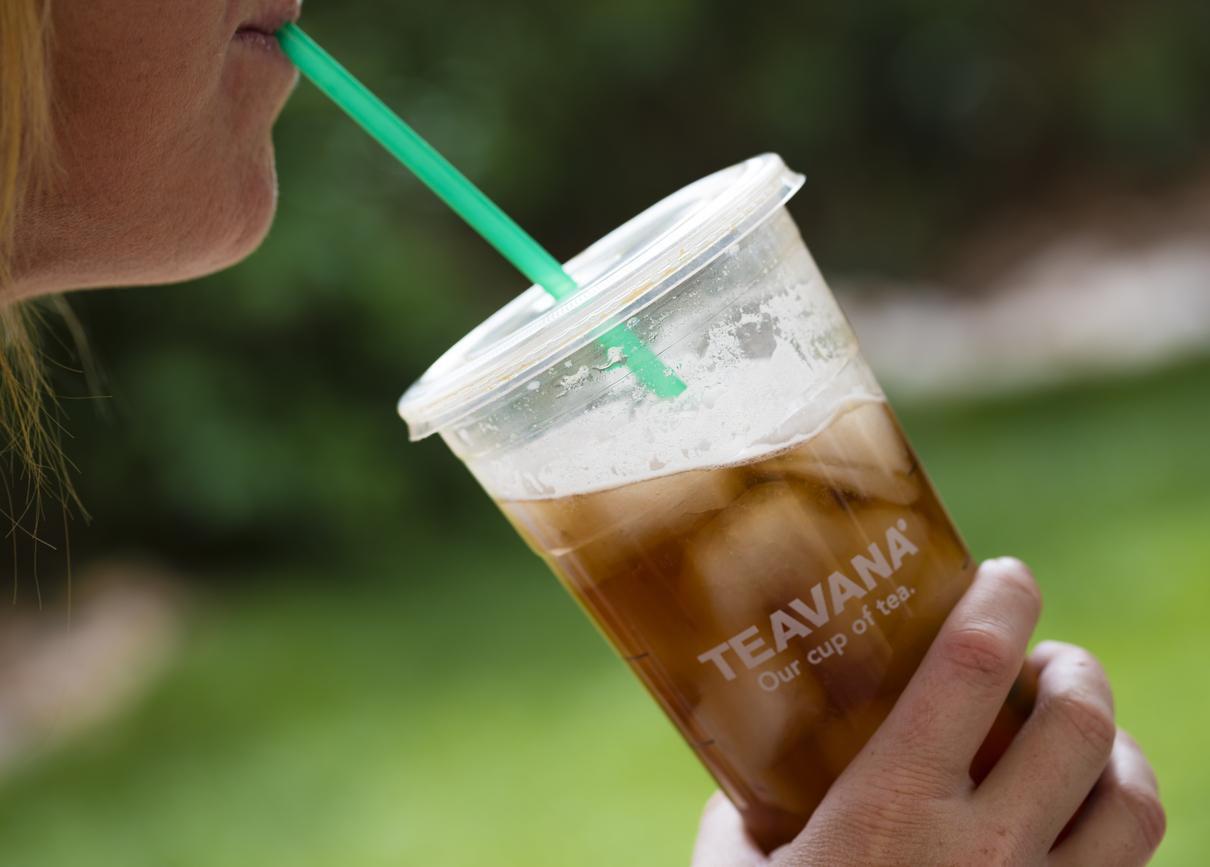 Una mujer toma te helado, una de las bebidas que vende la compañía Starbucks.(GETTY IMAGES)