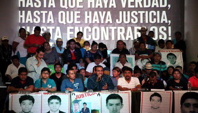 Familiares de los estudiantes desaparecidos exigieron castigar al ex procurador Jesús Murillo Karam, quien impulsó la hipótesis de que los jóvenes fueron incinerados en un basurero.(AGENCIA REFORMA)