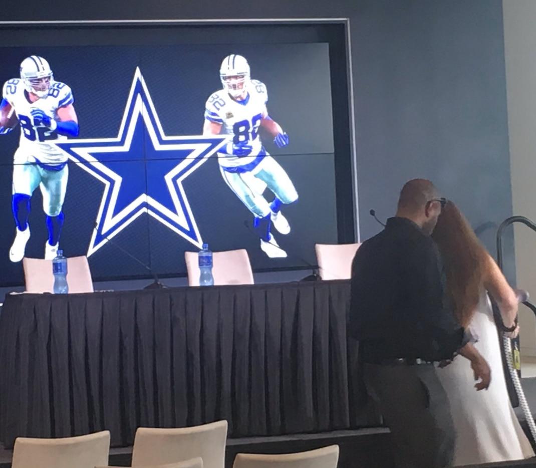 Preparación para la conferencia de prensa de Jason Witten para anunciar su retiro.